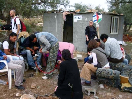 "Israelis and Palestinians in front of the ""outpost"" that was built in one night"